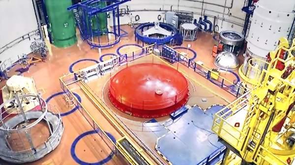 Reaktorihallin lattiaan on merkitty 'huoltoa' varten paineastian kansiosille paikat sinisellä.